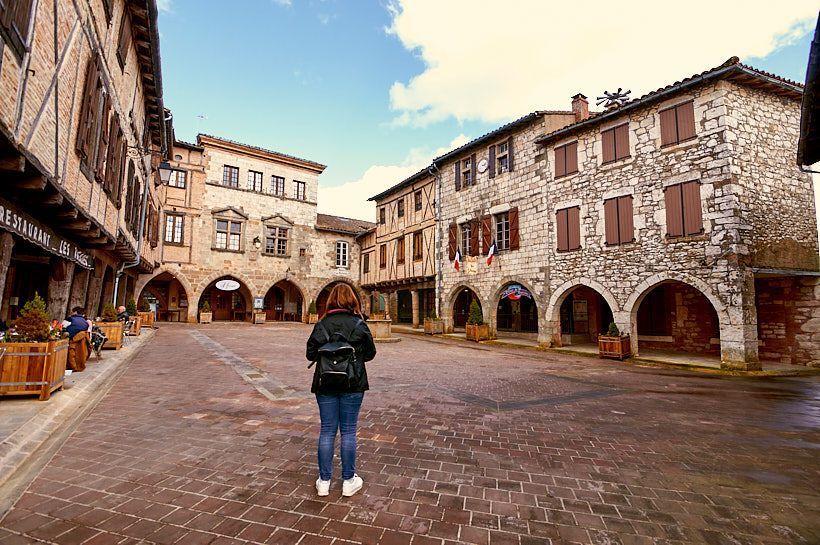 plaza de los soportales castelnau de montmiral