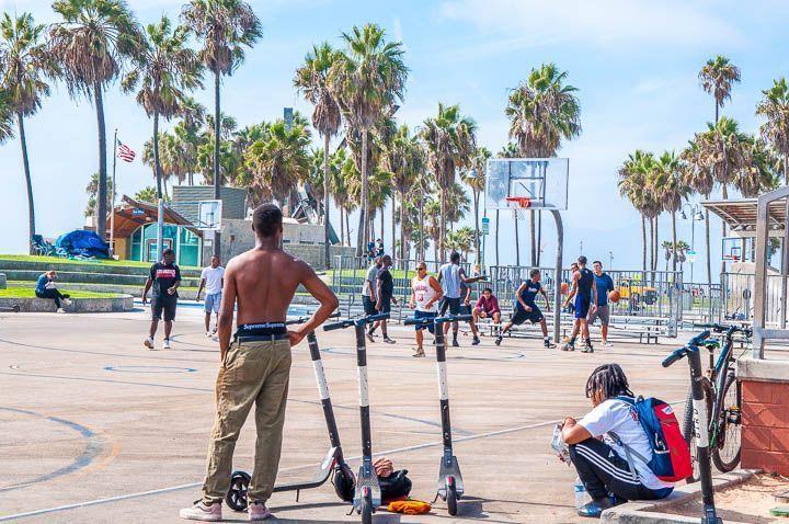 gente jugando a basket venice