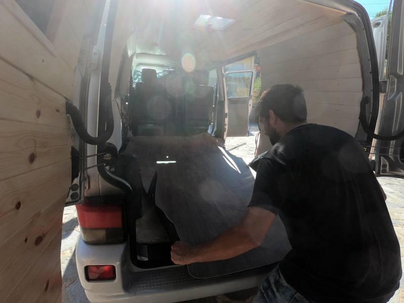 colocar suelo vinilo furgoneta camper