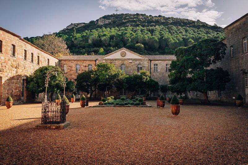 patio de trabajo abadia de fontfroide